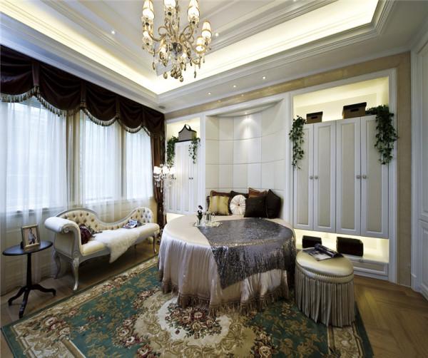 简单的造型,色彩形成对比却不强烈,让整个空间显得舒适静逸,更有利于休息。同时,对称的衣柜,美观且储存空间大。