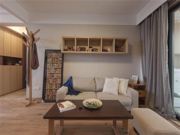 沙发背景墙增加了储物柜的功能,茶几的简约风格。