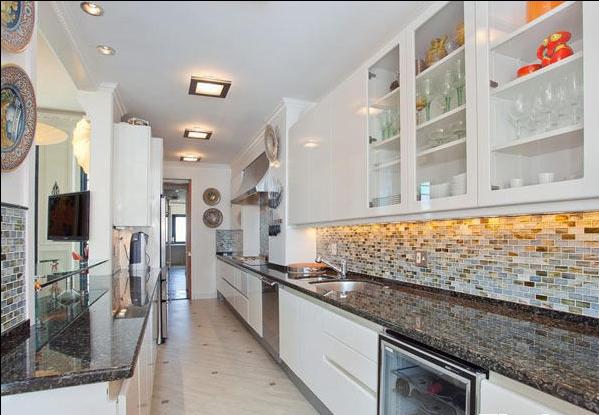 宽敞的厨房使居住者能够尽情享受烹调带来的乐趣,马赛克瓷砖迎合了复古的设计基调。