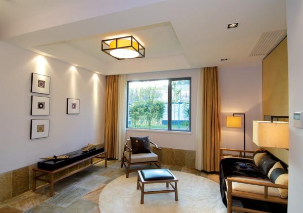 客厅的设计整体的感觉大气、美观,顶面的设计也很美观,整体温馨。