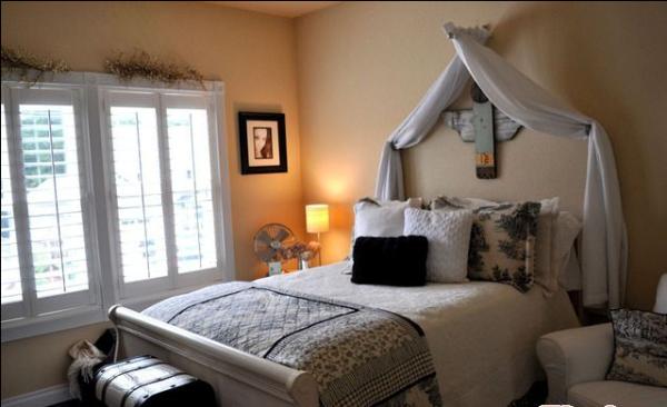 卧室床上的帘子非常法式的造型。