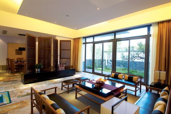 餐厅和客厅之间利用一道屏风将其划分开来,整体的感觉美观、大气。
