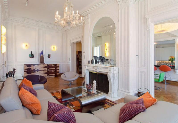 这套可以称为是奢侈品的公寓令我们印象深刻,因为室内出众的色彩以及令人惊叹的奢华设计。