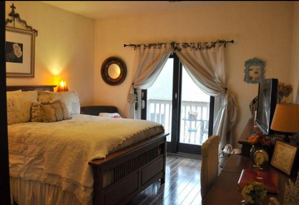 包着布边的相框与床上用品都在展示着田园的魅力。