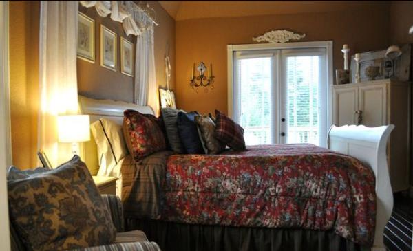 卧室窗户上的花纹与背景墙相呼应。