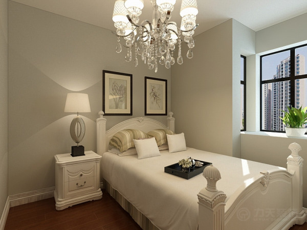 主卧室顶面白乳胶漆,地面采用实木复合地板,