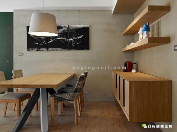 继续向前走,温暖明亮的餐厅里放着一张结实的长方形橡木餐桌,旁边是深棕以及灰色的水泥墙壁。