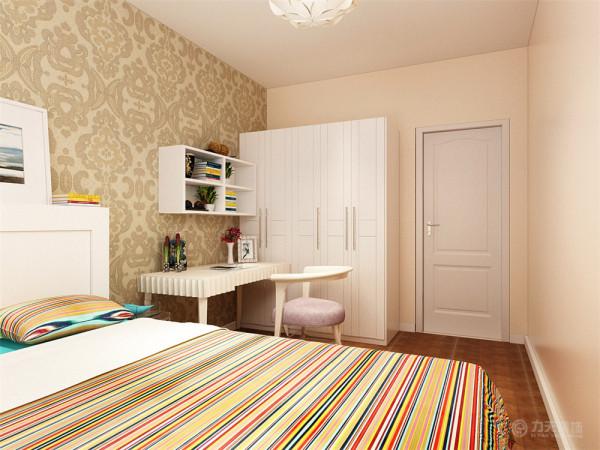 次卧室床头也是采用壁纸,电脑桌,放单人床.