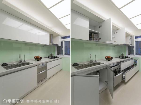 墙面改以烤漆玻璃并搭配光源柔和的流明天花,在完整的厨房机能外,也能优雅舒适的享受下厨时光。
