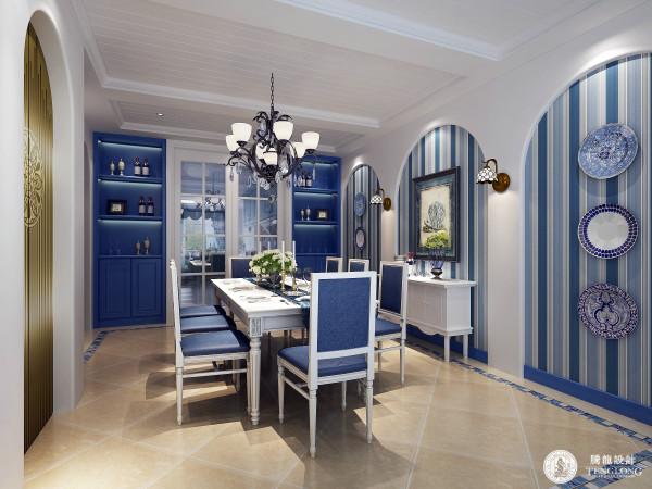 以蓝色、白色、黄色为主色调,看起来明亮悦目, 蓝与白不同程度的对比与组合发挥到极致,白灰泥墙、连续的拱廊与拱门、陶砖、海蓝色的屋瓦和门窗, 将海洋元素应用到别墅设计中,给人自然浪漫的感觉。