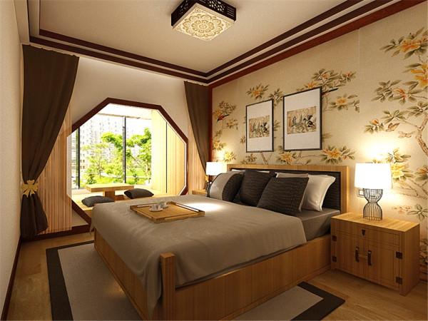 看主卧,主卧放置了浅木色的床与衣柜,床头背景墙贴了米黄色的壁纸。主卧阳台是榻榻米,增加储物空间。地面铺贴木地板脚感好又实用。