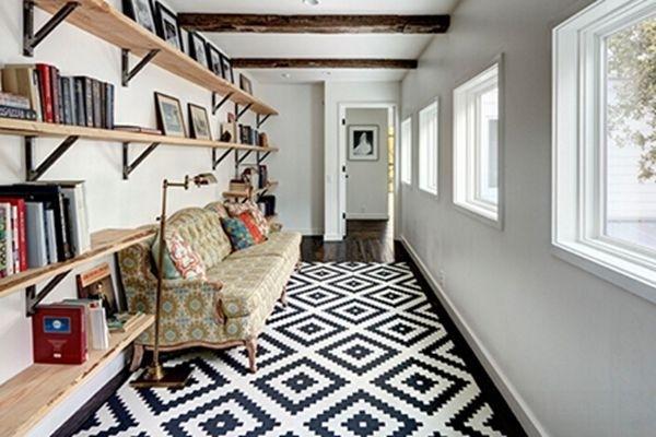醒目的几何图案 一个宽敞的走廊可以改造成阅读和休息的区域,但或许并不引人注目,放上一块带有醒目的几何图案的地毯就可以提高空间吸引力。