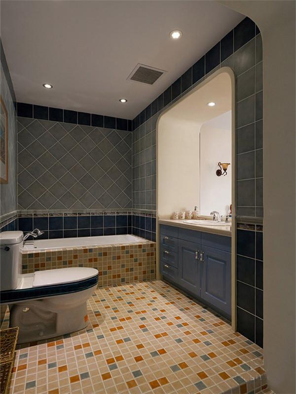 蓝色墙面凝造了干净清透的洗浴环境,马赛格地板砖让空间更有跳跃感。