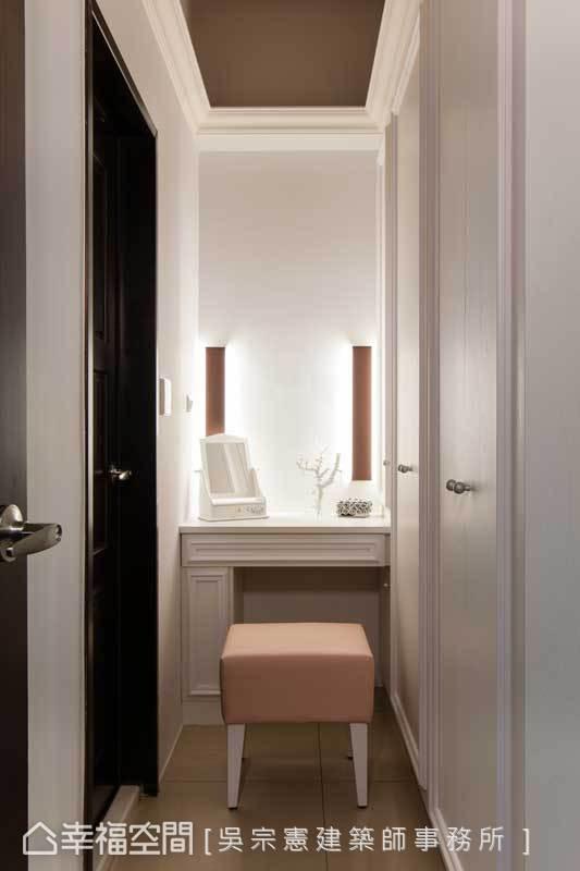 由于厕所门正对床,安藤设计以衣柜作为视觉阻挡,也因此在主卧形成更衣室及梳妆台的专属空间,睡眠区也变得更为单纯。