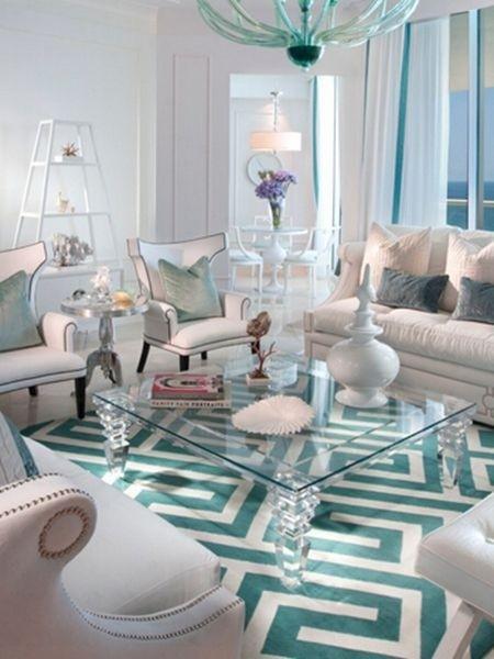希腊钥匙图案 房间主色调为青绿色和白色的搭配,灯具、家具、地毯的颜色形成了很好的统一,经典的希腊钥匙图案艺术感十足。为了避免图案在视觉上的中断,设计师选择了一个透明的玻璃茶几,以保证地毯图案的完整性。