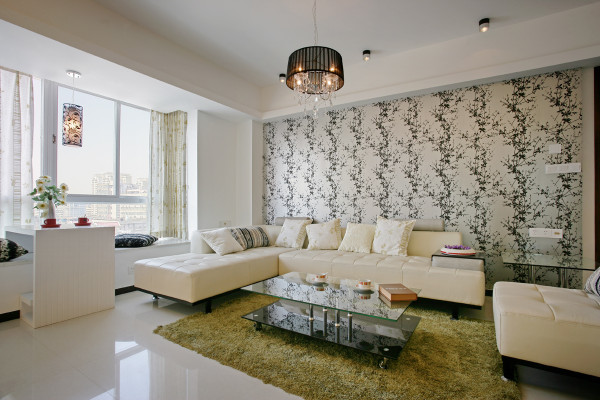 客厅沙发简单,色调采用纯白色,搭配不同图案的背景墙,突出特色。