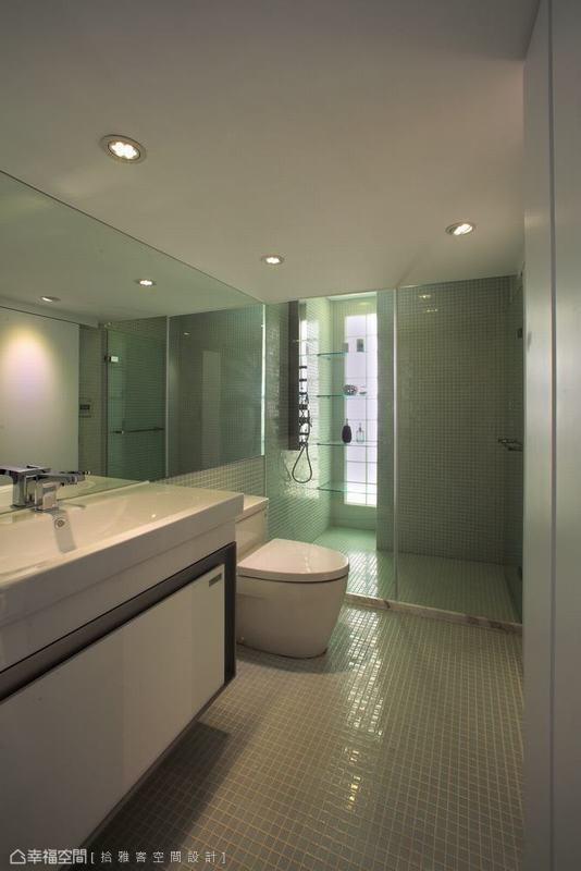 设计师拉高淋浴区的天花高度,将身心的压迫一并洗涤。