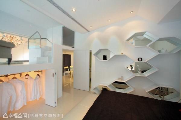 兼具收纳及空间装置艺术的蜂巢式展示柜。