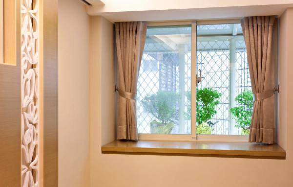 小平方空间珍贵的窗台也加以利用,上掀式的收纳为女屋主增加了换季衣物与生活杂物的收纳去处,加上外推的铁窗拓展晒衣的余裕。