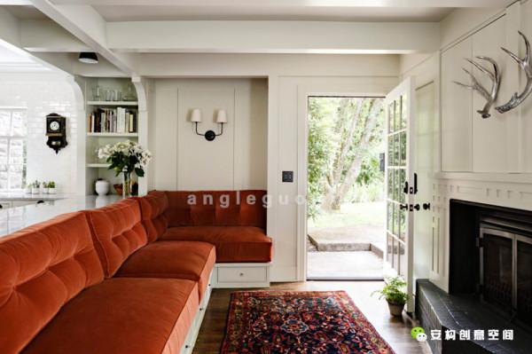 室内咖啡桌的设计灵感,来自于主人家传的六角形细木餐桌造型。