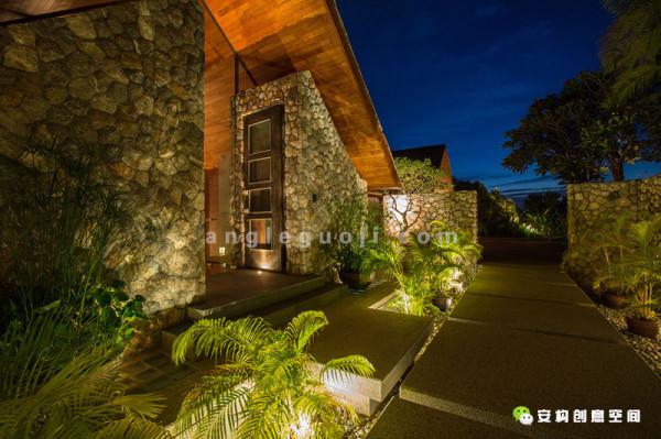 从入口那里顺着木台阶往下,来到宽敞的起居室, 首先迎接你的是那个带着宽敞玻璃幕墙的中庭天井。