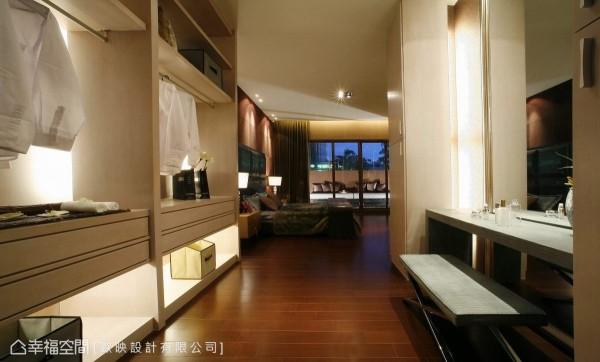 開放式的更衣收納空間,帶入精品展示概念結合女主人的梳妝檯,成為銜接主臥與衛浴的緩衝。