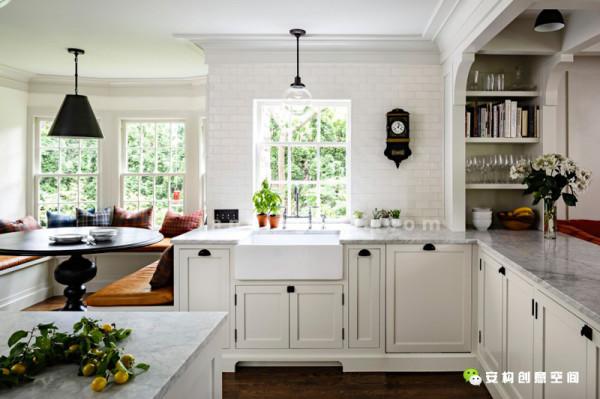 设计师将厨房区域做了全新的改建,用一堵墙将厨房从狭长的地方延伸出来。