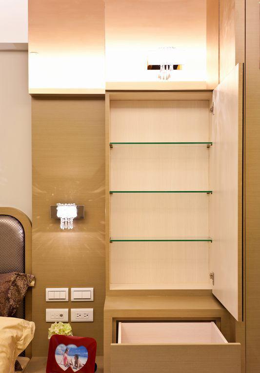 小面积空间的收纳要诀,便是将刚好的收纳置于触手可及的空间,设计者于大镜柜中藏入充足的收纳空间,将恼人的瓶瓶罐罐一次整理。