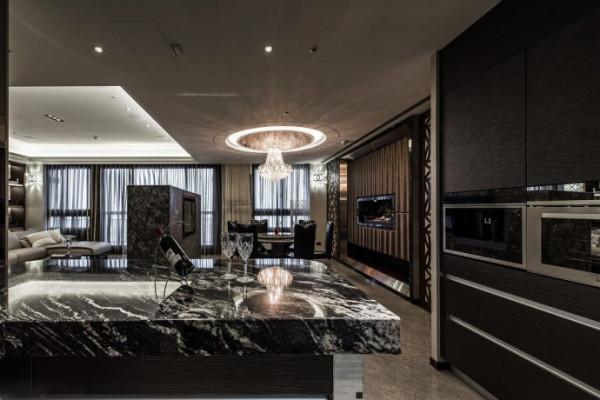 客厅仅以石材构成的电视墙与吧台为段落分界,搭上天花与立面造型的暗喻,在开阔中创造大器安定的格局感受。