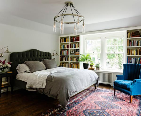 我们在客厅里设计了两张L形的长沙发,创造出一种简单而怡人的家居布局。
