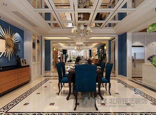 餐厅: 餐厅顶面大量的运用镜面设计,提升空间亮度的同时又拉近了空间的尺度,餐桌、开放式厨房相互辉映,让传统欧式布局不再沉闷,同时蓝色的布艺与黄色彩玻的对比,大胆的色差让空间散发奢华光芒。