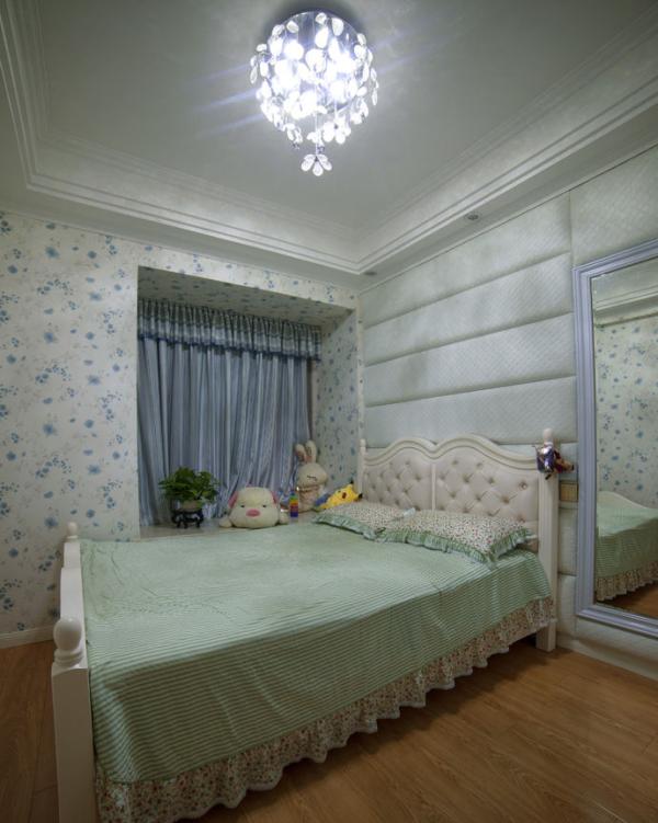 从阳台望向客厅,黄色主调的温馨气氛,空间简洁而相当有品位。 如果将整个居室的室内设计比喻成一部耐人寻味的电影的话,那么家居设计就是这电影中时时出现在关键时刻的电影配乐,或者说插曲。