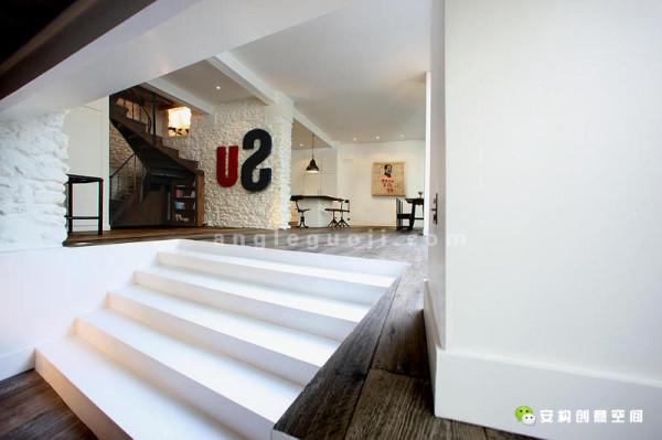 白色的墙壁,与旧的橡木地板,以及卧室、起居室和厨房就餐区,互相衬托
