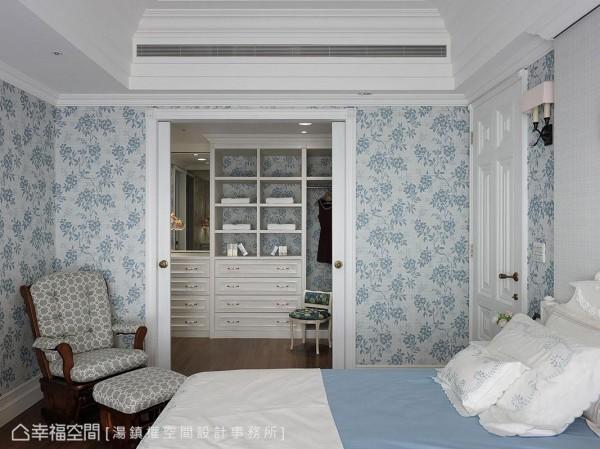 柜底墙面接续主卧房壁纸线条,完整空间整体性。