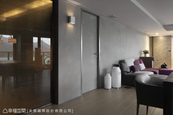 沙发背墙一侧,不锈钢材质框定同样以清水模涂料修饰的长亲房入口,一盏简约造型壁灯转折,一侧的茶镜拉门则通往工作书房。