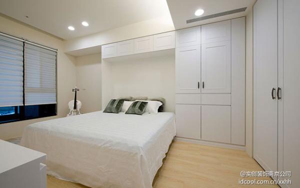 下掀床的设计,可以使用功能切换书房和客房模式。