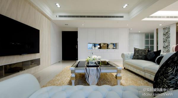 设计师将玄关整合进客厅空间后,结合鞋柜与收纳柜统一规划,并将结构柱体也包覆其中,形塑对称美型的设计柜体。