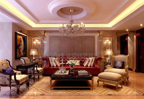 设计师以视觉感强烈的皮质沙发和古典家私、水晶吊灯等搭配体现了现代与古典的气质美,材料方面多运用中间色系的壁纸仿石材瓷砖,来衬托整体空间,加以灯光的设计充分展现主人的品味以及对生活品质的追求。
