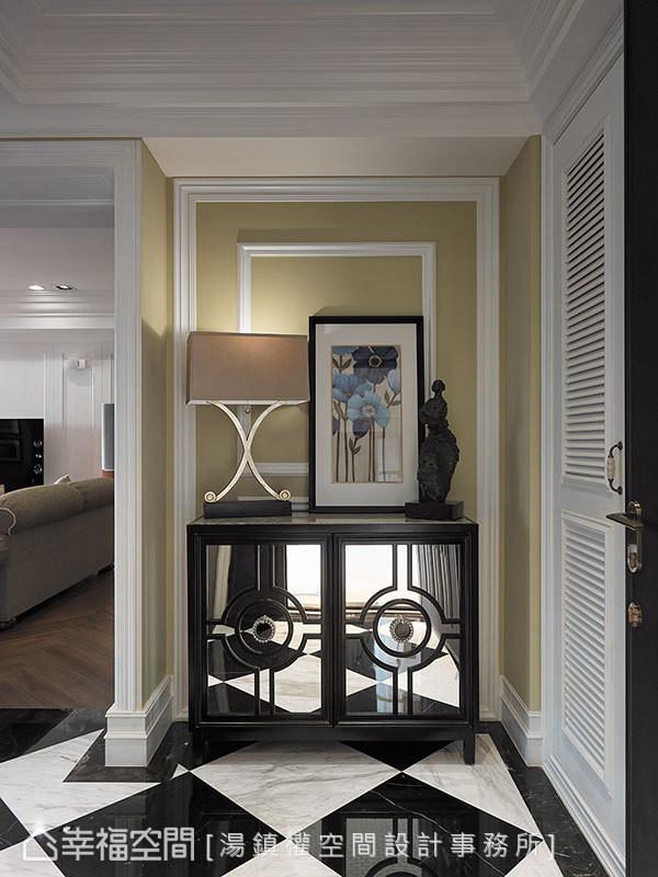 黑白菱格地坪透过玄关端景柜的镜射延伸,拉长玄关线条。
