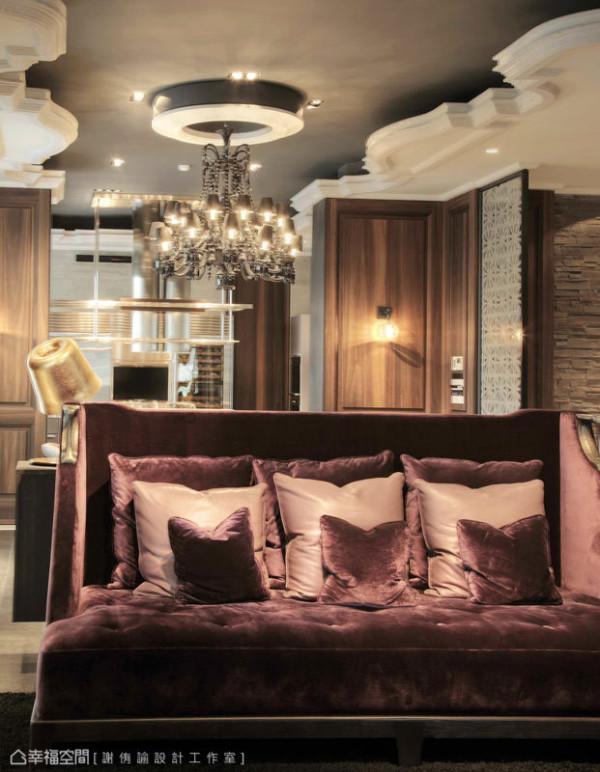 欧式的天花线板造型,交织着优美的传统图腾,并在深色的漆面对照下,发展出自成一格的设计美学。