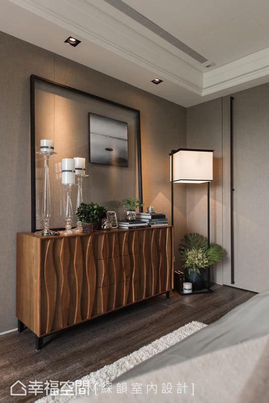 细致的立体线条,以装置艺术的姿态,在木质柜体上蜿蜒出美丽样貌。