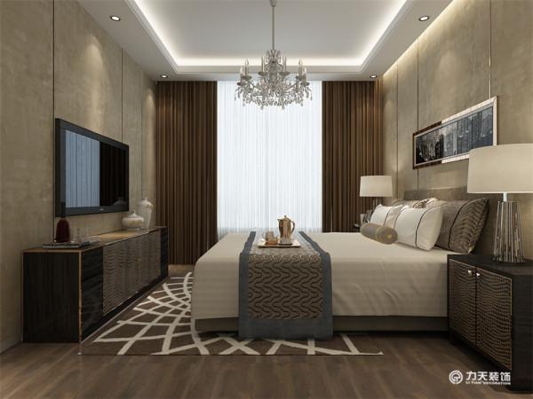 主卧是色调依然延续客厅整体风格,用暖咔色做主色调,床品的暖灰;窗帘的暖咔色;墙面的浅暖灰以及深灰色的床头柜和电视柜之间形成很好的同色调搭配,非常和谐雅致。