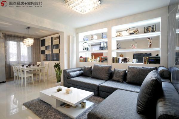 业主老人的收藏品比较多,而且整体客厅的空间里比较深,故考虑在沙发后面制作一整面展示柜