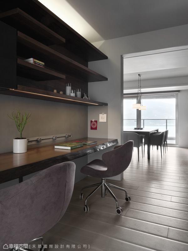 长达4米5无切割的非洲柚木实木桌板,搭衬上方的木质层板,简单规划工作区域,呼应空间中自然材质的使用。