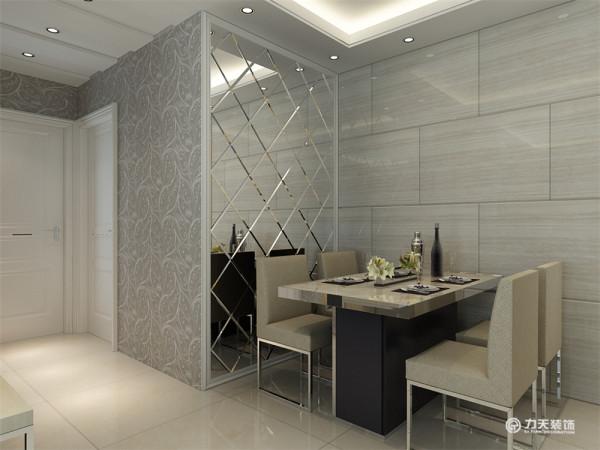 餐厅区墙面整体为银灰色调,一整面墙的装饰镜配合雅致的餐桌显得十分明亮大气。