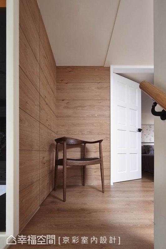 循着木质踏阶而上,挑高空间延续美式古典的白色门扇,带入更多木质、自然元素表现女孩们期待的北欧感受。
