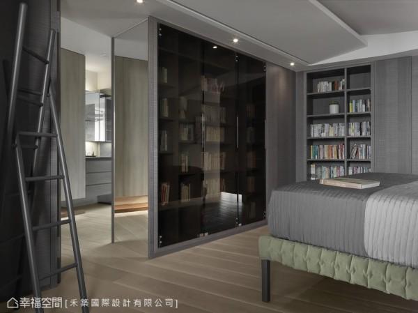 床尾的书籍收纳撷取与床头壁面平行的角度,将卧房空间的歪斜角度藏入后方的更衣室柜体。