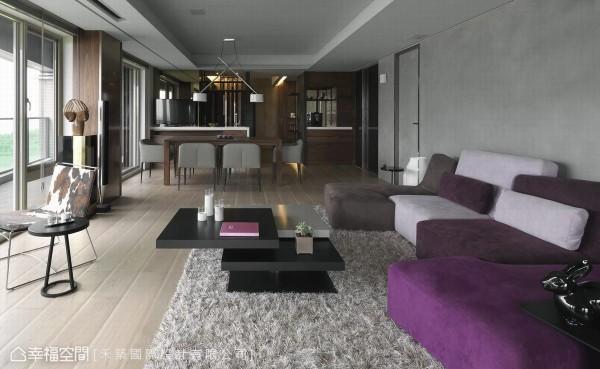 穩重感受的深色木紋用于空間量體,地坪則轉以自然明亮的淺暖色木地板,壁面則使用仿清水模的特殊塗料,堆敘空間質量。