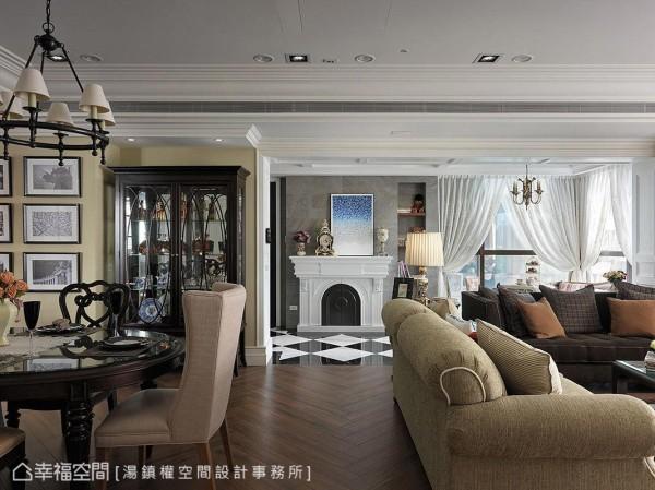 安排于门边的造型壁炉不仅增添古典气息,更是公私领域的美丽视觉端景。