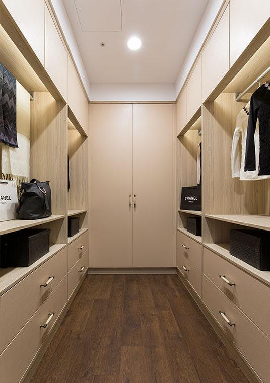 以系统柜结合古典把手的设计,兼顾预算与氛围双重需求。